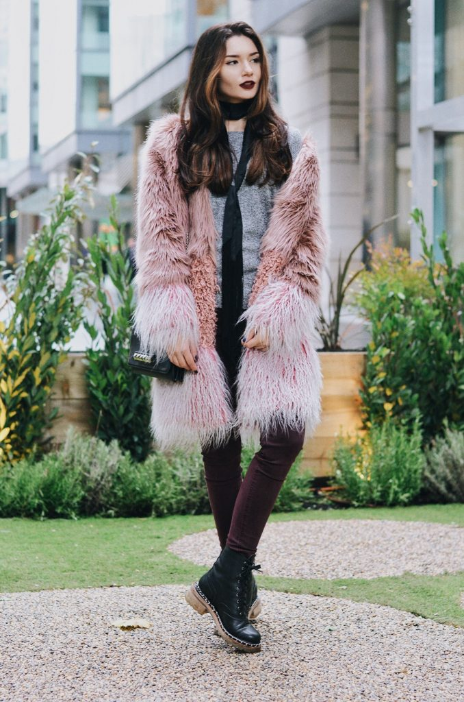 Furcoat: ASOS | Top: Pull&Bear | Jeans: Mango | Shoes: Chanel | Bag: Valentino | Scarf: ASOS | Lipstick: MAC 'Sin'